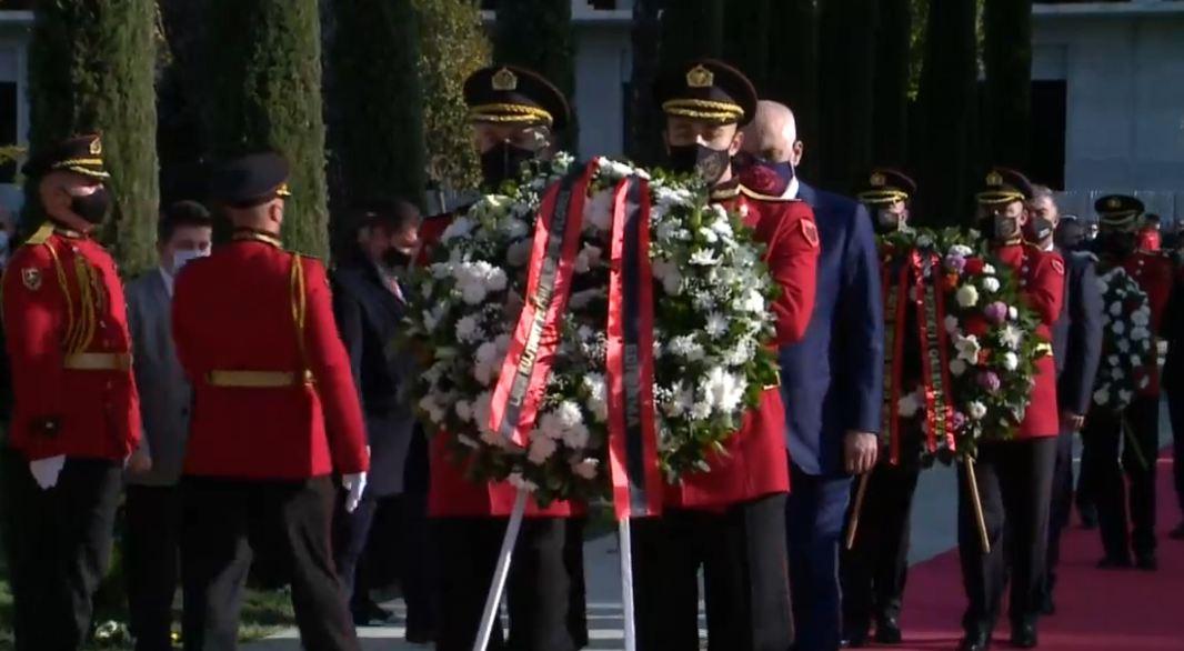 """Pavarësia """"bën bashkë"""" Metën dhe Ramën/ Vlorë, në kushte pandemie mbahet ceremonia e ngritjes së flamurit"""
