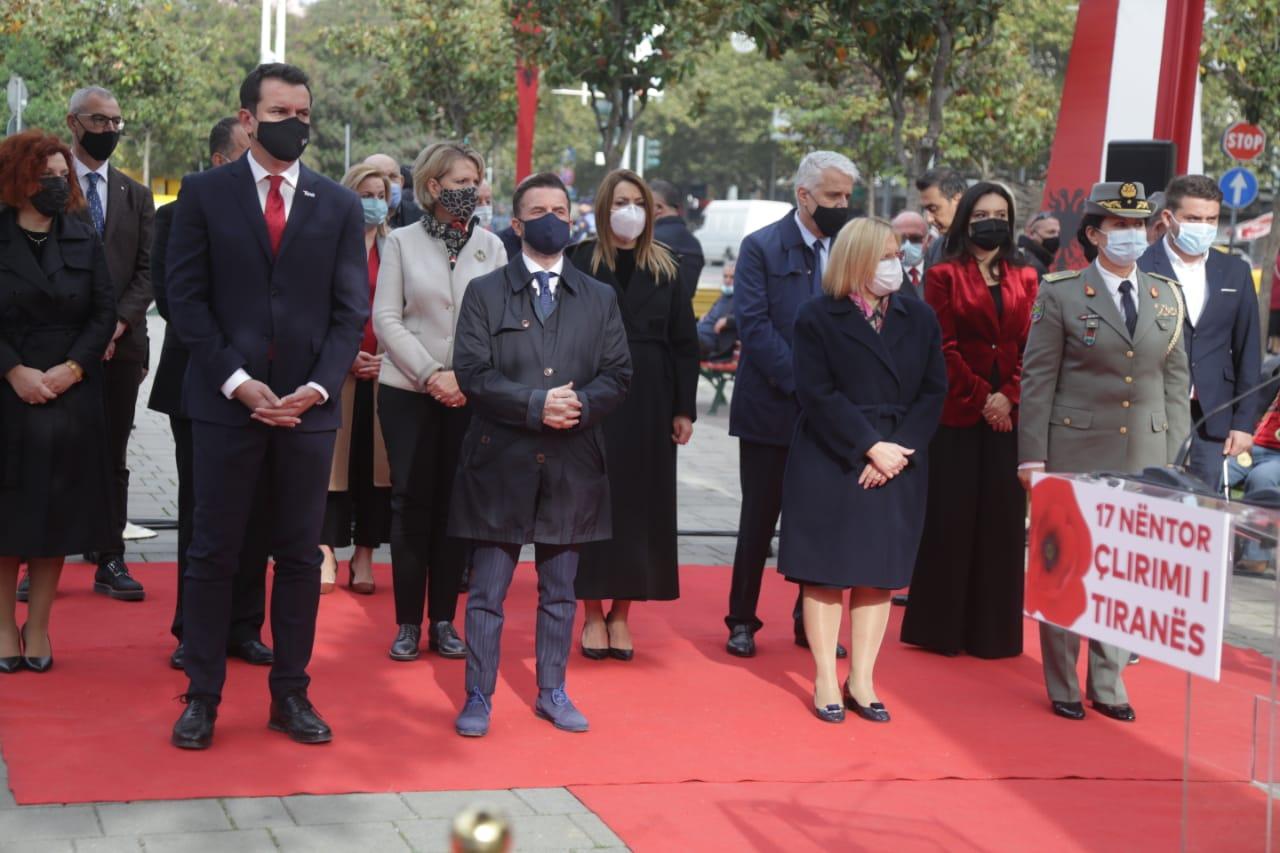 Tirana feston 76-vjetorin e Çlirimit, Veliaj: Po ajo minorancë e rrënuar moralisht votoi raportin e Dick Martit dhe e cilësoi UÇK-në terroriste - Top Channel