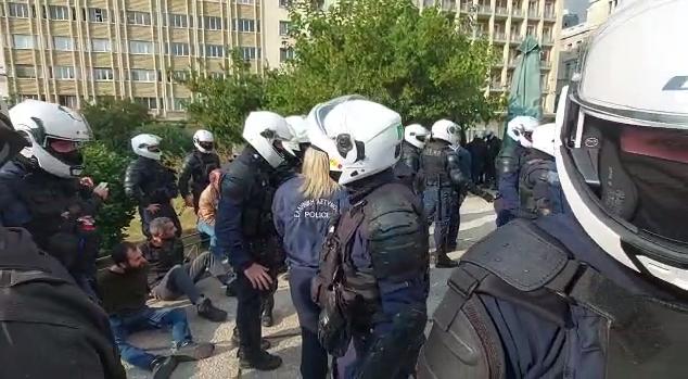 Pamjet/ Përplasje mes protestuesve dhe policisë në Greqi, refuzuan urdhrin për ndalimin e tubimeve