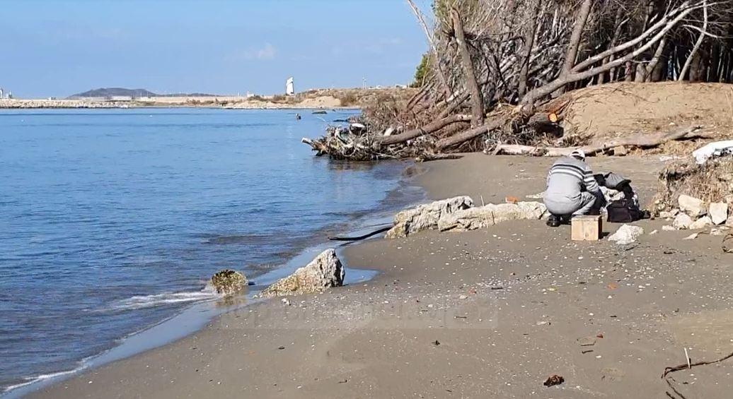 Pishat përfundojnë në det/ Erozioni kërcënon brigjet e plazhit të vjetër në Vlorë - Top Channel