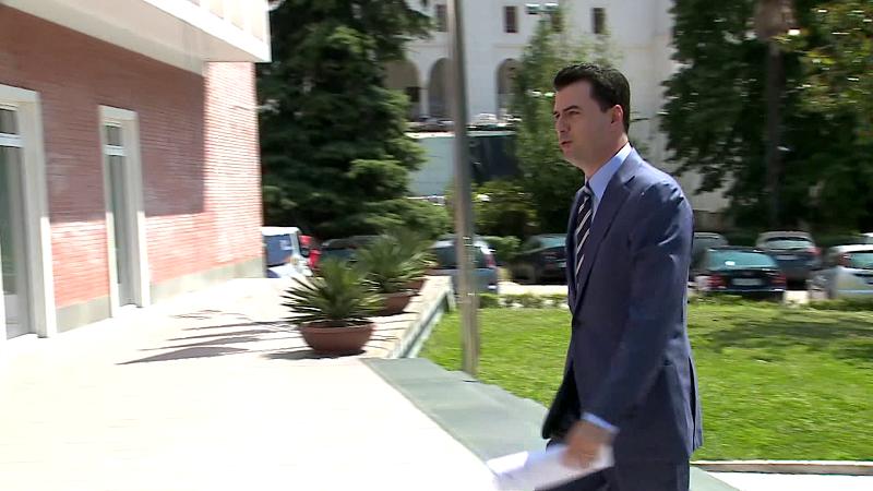 """Basha, politikë nga morgu/ """"U fut"""" në morgun e Tiranës për t'i ikur gjyqeve të UÇK"""