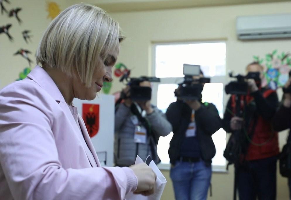 Monika Kryemadhi voton e para, sapo hapen kutitë e votimit - Top Channel